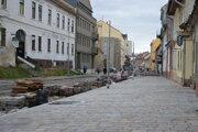 Oprava Jarkovej ulice a ukladanie dlažby.