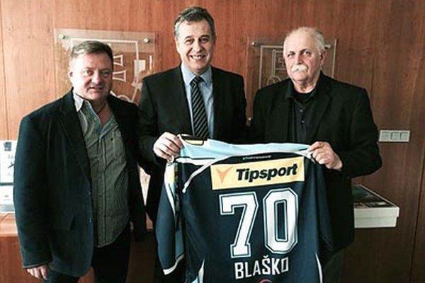 Jozefovi Blaškovi (vpravo) na pôde mestského úradu k jubileu blahoželali primátor Jozef Dvonč a Marián Šmidák z hokejového klubu.