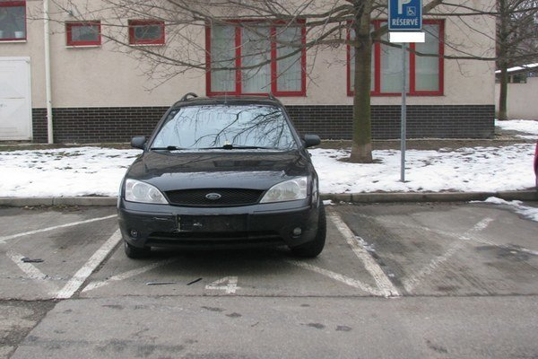 Ford, do ktorého mal naraziť neznámy Volkswagen.