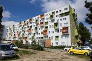 Bytovka vo Vrakuni, ktorú pstavila firma Ivanská cesta. Pôvodne to bol starý internát.