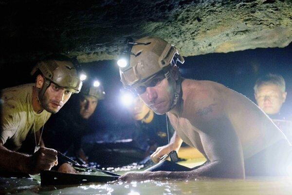 Film Jaskyňa vznikol podľa skutočnej udalosti - záchrany thajského futbalového tímu zo zatopenej jaskyne, kde prežili 18 dní.
