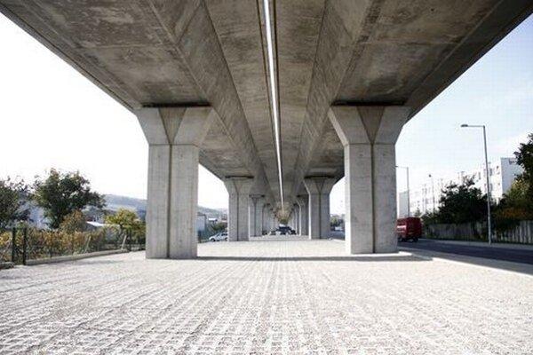 Priestor pod viaduktom v Kršakoch by chcelo mesto využiť ako parkovisko.