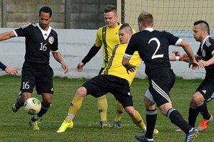 V žltých dresoch hráči Nededu, v čiernom futbalisti Veľkého Medera, ktorí na jar uhrali trikrát bezgólovú remízu.