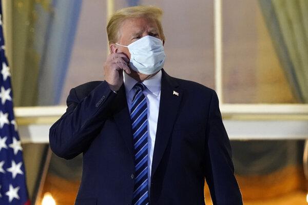 Trump si pred Bielym domom sňal rúško.