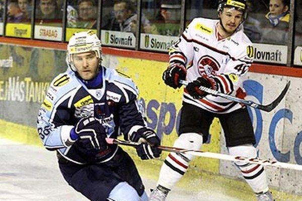 Lukáš Novák (vľavo) prispel dvoma gólmi k dôležitému víťazstvu, po ktorom vedie Nitra v sérii 5:2.
