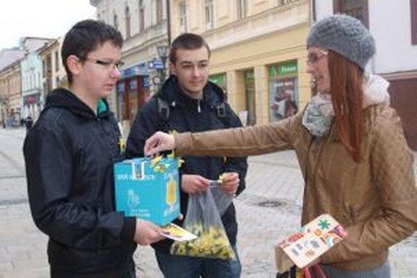 Dobrovoľníkmi v uliciach Nitry boli aj Adam Zverka a Kristián Kluka. Do pokladničky prispieva Veronika.