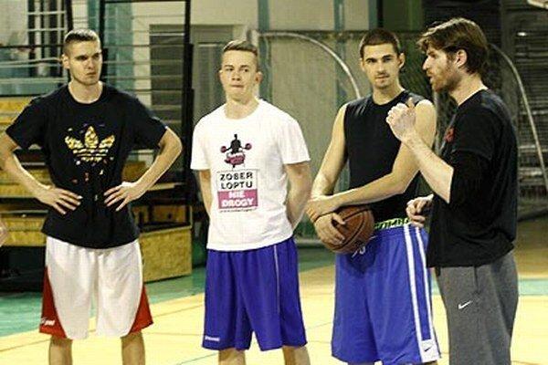 Tréningy basketbalistov v medziobdobí zatiaľ vedie generálny riaditeľ klubu Peter Seman (vpravo), nie Ľubomír Urban.