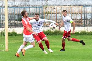 V ružovom drese Juraj Prágai, autor jediného gólu zápasu.