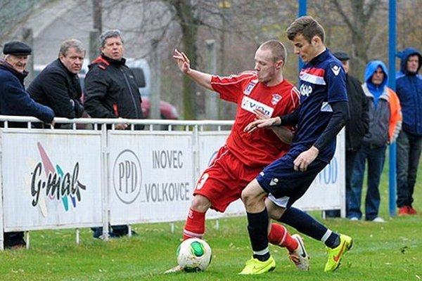 Vo Volkovciach sa nedohralo pre inzultáciu, rozhodca zápas ukončil za stavu 0:1 počas polčasovej prestávky.