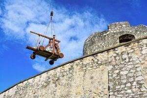 Trebuchet cez vysoké hradby musel preniesť veľký žeriav.