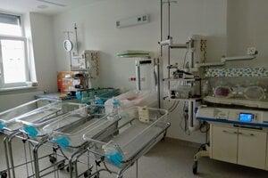 Novorodenecké oddelenie v Martine má viacero častí. V časti pre fyziologických novorodencov sú postieľky prázdne, lebo deti sú s mamami.