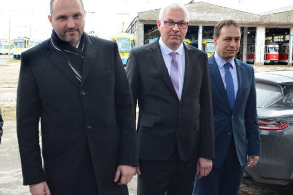 Naľavo je na fotografii primátor Polaček, v strede riaditeľ DPMK Padyšák a vpravo šéf magistrátu Čop.
