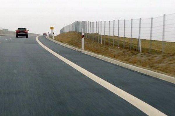 Cesta je podľa správcu oplotená po celej dĺžke okrem mostov.
