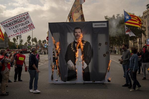 Aktivisti zapaľujú portrét španielskeho kráľa Filipa VI. počas demonštrácie 9. októbra 2020 v Barcelone.