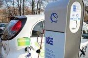 Nabíjanie áut vychádza lacnejšie než tankovanie, ale elektromobil je drahší.