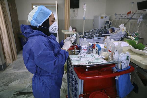 Zdravotná sestra pripravuje lieky pre pacientov s COVID-19 v nemocnici Shohadaye Tajrish v Teheráne.