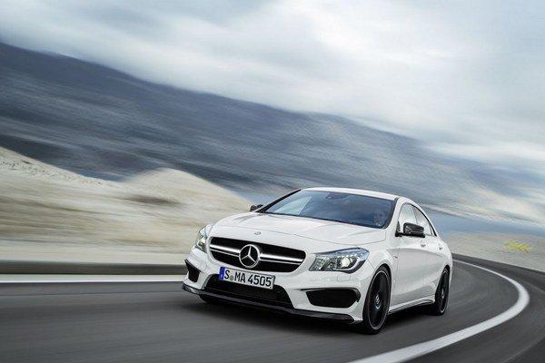 Mercedes CLA 45 AMG navonok a celkom cielene pripomína väčší model CLS 63 AMG.