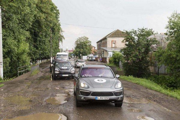 Mesto Kolomya na západe Ukrajiny ukazuje, kde ešte môžu klesnúť naše cesty. V uliciach sme museli ísť aj na terénnych pneumatikách veľmi pomaly. Na istom úseku sme prešli za hodinu sotva 30 kilometrov.