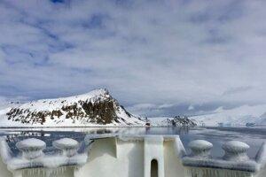 Jedinými stálymi obyvateľmi Antarktídy sú vedci na výskumných staniciach.