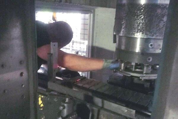 Muž ostal zakliesnený v stroji. Poranil si ruku.