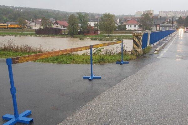 Uzavretá cesta pri moste v Ťahanovciach.