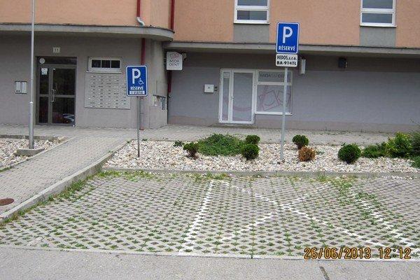 Pod ľavou dopravnou značkou stálo vozidlo, ktoré nemalo za oknom parkovací preukaz.