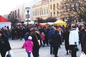 Návštevníci fašiangov zaplnili utorok celé centrum mesta.