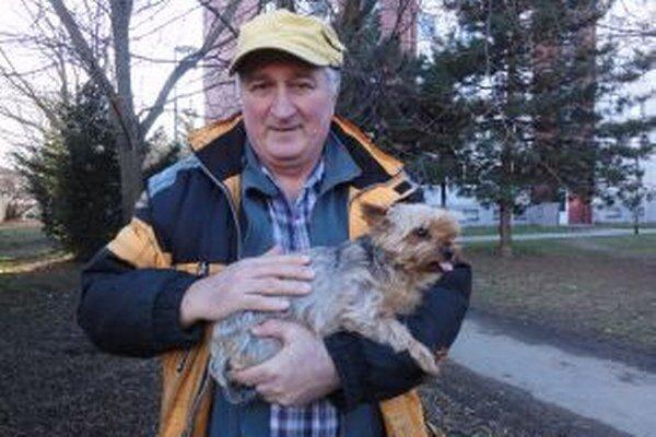 Pavol Šusták na prechádzke so synovým psom.