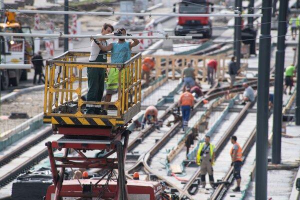 Práce na rekonštrukcii Karloveskej radiály - električkovej trate na úseku Molecova (Riviéra) 31. augusta 2020 v Bratislave.