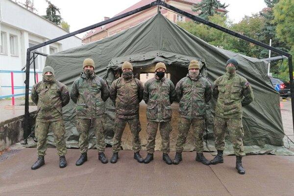 Nemocnica v Komárne posilnila triáž pri vstupe, zdravotníkom pomáhajú aj príslušníci armády.