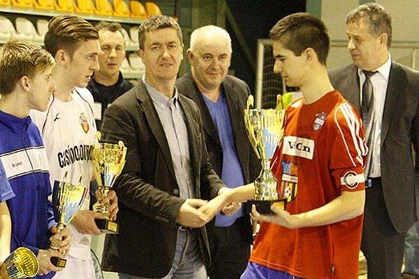 Víťazný pohár si odniesli dorastenci PFA Vráble U16.