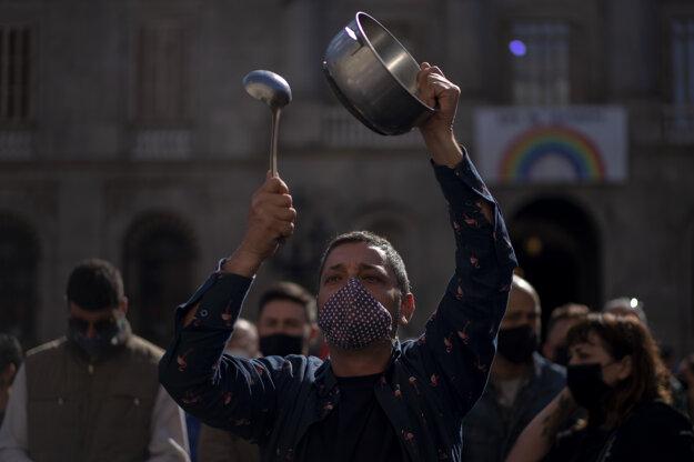 Demonštranti sa v španielskej Barcelone zúčastňujú na proteste organizovanom majiteľmi barov a reštaurácií, ktoré pre šírenie koronavírusu naradili na severovýchode krajiny zatvoriť na dva týždne. Majitelia tvrdia, že už počas prvej vlny pandémie ochorenia Covid-19 utrpeli tvrdú ranu.