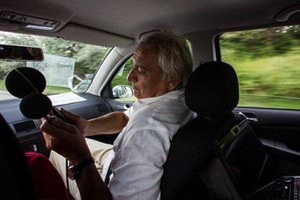 Docent Stanislav Žiaran zo Strojníckej fakulty STU v Bratislave meria úroveň hluku v idúcom vozidle.