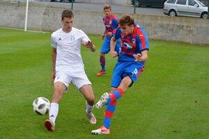 Juraj Teplan (v bielom) v drese Karvinej v zápasovom súboji.