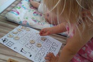 Už dvojročné deti milujú zrakové priraďovanie a spoznávanie písmeniek.