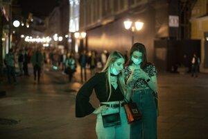 Dve ženy s ochrannými rúškami v centre Moskvy 25. septembra 2020.