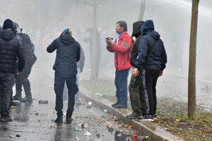 Športoví fanúšikovia zoskupenia Ultras Slovan Pressburg a účastníci z celého Slovenska počas zásahu polície s obrneným vodným delom v rámci protestu pred Úradom vlády SR v Bratislave proti platným opatreniam Matovičovej vlády v súvislosti s koronavírusom