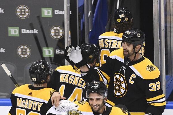 Zdeno Chára sa raduje so spoluhráčmi z Bostonu Bruins.