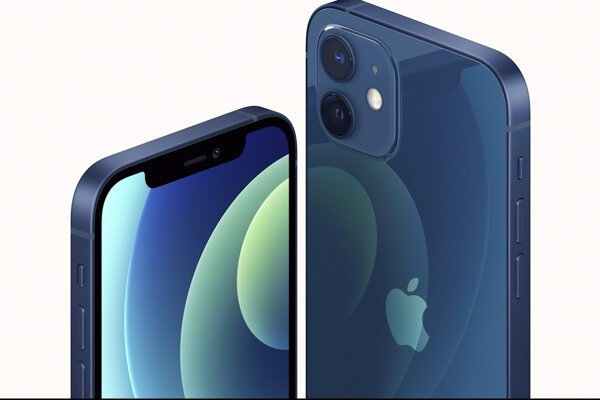 Americká spoločnosť Apple predstavila nové iPhony 12 s 5G a inteligentný reproduktor HomePod mini počas prenosu z kalifornských priestorov spoločnosti Apple v utorok 13. októbtra 2020. Na snímke nové iPhony 12.