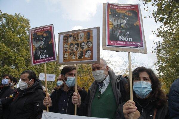 Na spomienkových demonštráciách držali ľudia portréty učiteľa Patyho. Foto: SITA/AP