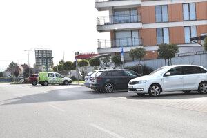 Šestnásť z 34 parkovacích miest, ktoré mali byť podľa uznesenia poslancov verejné, vlastní Stanislav Hreha - majiteľ 24 bytov v tomto dome.