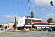 Polyfunkčný objekt, za ktorým je obytný súbor Park Anička.
