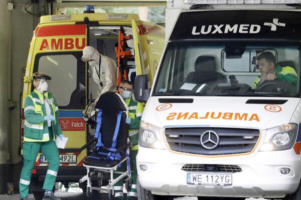 Zdravotníci prevážajú pacienta do nemocnice vo Varšave.