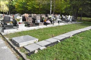 Nový chodník k urnovým hrobom.