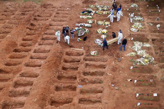 Pochovávanie na cintoríne Vila Formosa v brazílskom meste Sao Paulo.