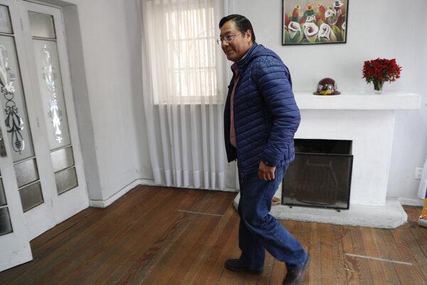 Prezidentský kandidát Luis Arce vo volebnej miestnosti.