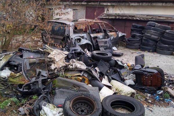 Na pozemku je množstvo súčiastok z áut.