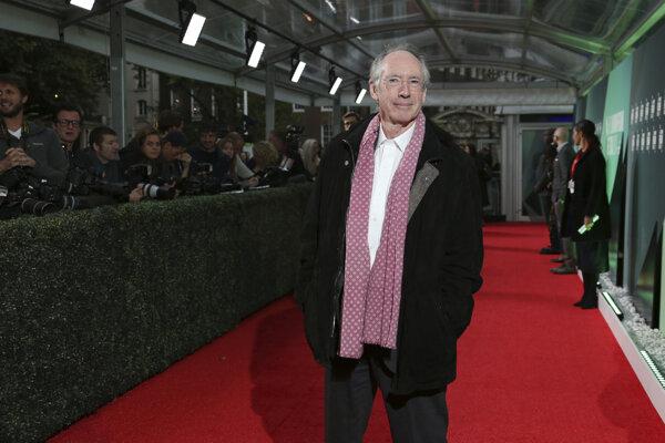 Britský spisovateľ Ian McEwan (72) získal Man Bookerovu cenu za román Amsterdam (1998). V roku 2000 ho ocenili Radom britského impéria