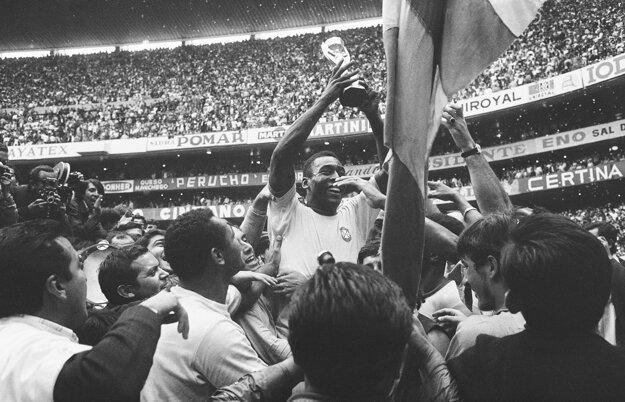 Na archívnej fotografii z 21. júna 1970 po víťazstve Brazílie nad Talianskom na majstrovstvách sveta na štadióne Azteca v Mexico City 4:1.
