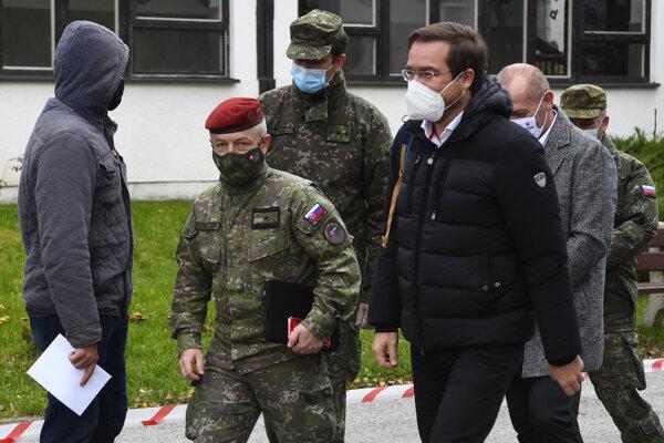 Minister zdravotníctva SR Marek Krajčí (vpravo) počas plošného testovania na Základnej škole na Komenského ulici 23 v Bardejove.